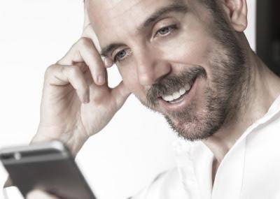 Homem desinstalando uma App e obtendo mais espaço