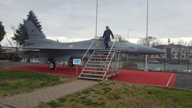 Harun İstenci General Dynamics F-16 Fighting Falcon savaş uçağının üzerinde. İstanbul Havacılık Müzesi.