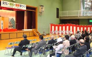 講演会講師・三遊亭楽春の落語で笑って健康講演会の風景。