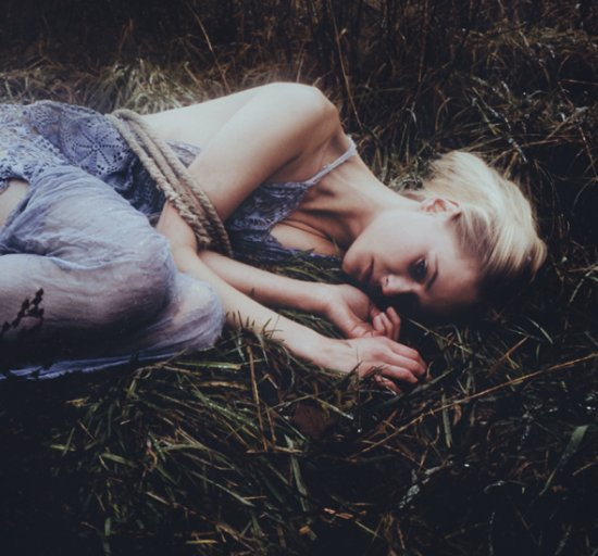 Laura Makabresku deviantart fotografia emotiva contos fada surreal sombria mulheres adolescentes
