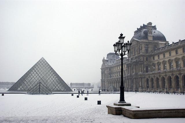 Louvre no inverno em Paris