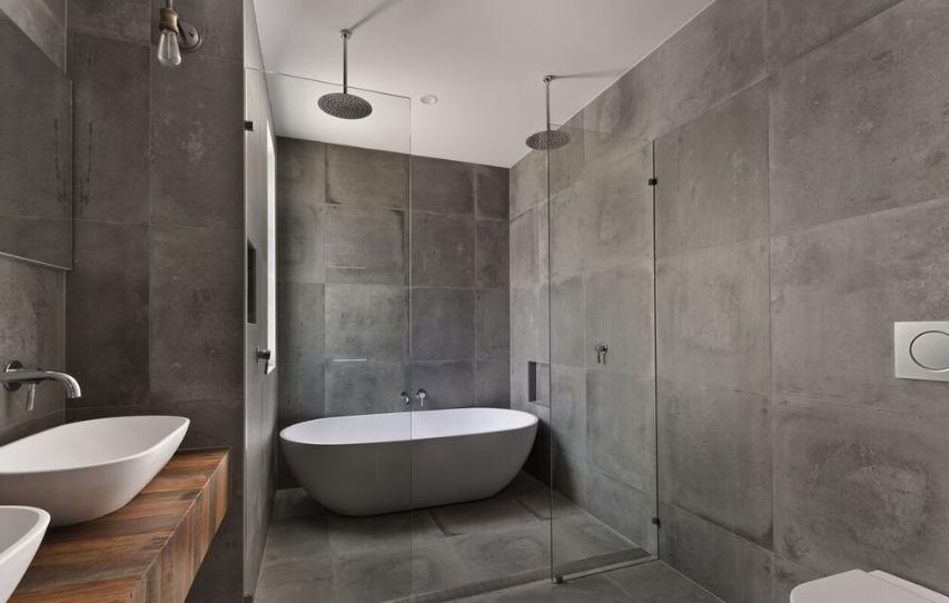 desain kamar mandi yang menggunakan kaca sebagai dinding pemisah antar bagian ruangan