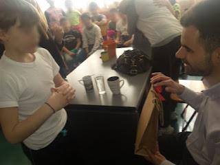 Ένα παιδί δίνει το δώρο του Βαγγέλη