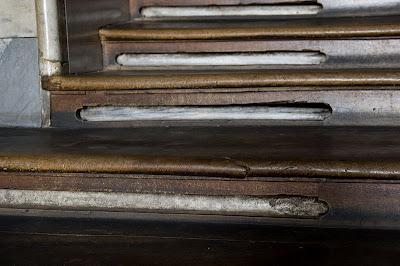 Το προστατευτικό ξύλινο περίβλημα των σκαλοπατιών της Αγίας Σκάλας.