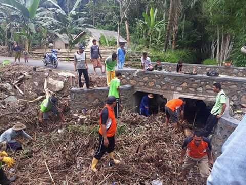 Gotong royong masyarakat Sekotong membersihkan sungai