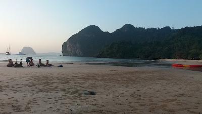 Foto van mensen die yoga doen op Had Farang Beach, Koh Muk