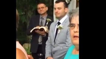 b2a68a3e24b8 Η απίστευτη και πιο όμορφη αντίδραση γαμπρού όταν είδε τη νύφη! (video)