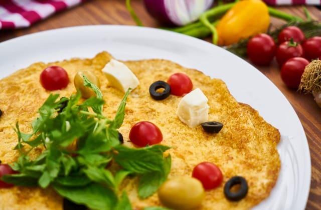 Telur dadar alias omelette, makin nikmat dengan isian yang beragam