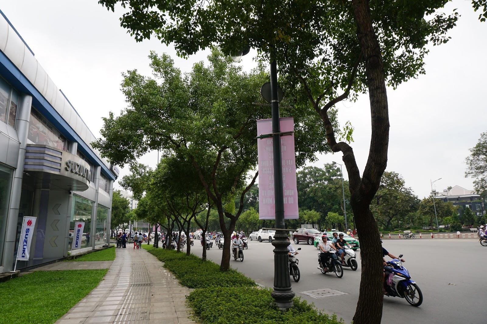Suzuki World Phổ Quang nằm ngay công viên nhiều cây xanh, điểm tiếp giao nhiều quận