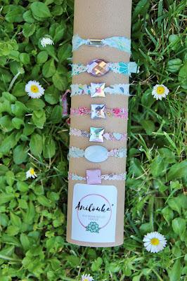 Voici les dernières créations de ma petite boutique pour célébrer le printemps comme il se doit!  Des bracelets porte-bonheur en tissu aux couleurs pastels, agrémentés de perles en strass aux reflets multicolores, en fonction du soleil!!
