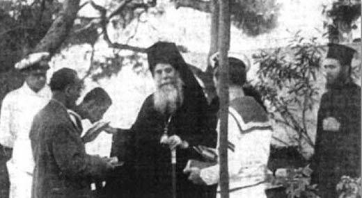 Ο Αρχιεπίσκοπος Χρύσανθος, με τον Αρχιδιάκονό του Νικόδημο (νυν Μητροπολίτη Πατρών), κοντά στους στρατευμένους Έλληνες και τους τραυματίες Πολέμου στο Ναυτικό Νοσοκομείο Ναυστάθμου.