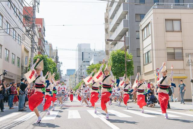 江戸っ子連の女踊りの踊り手をマロニエ祭り福井町通りで撮影した写真