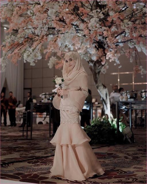 Outfit Baju Bridesmaid Berhijab Ala Selebgram 2018 kebaya terusan kain brokat satin lengan lebar krem muda hijab pashmina diamond ciput rajut krem wedges high heels ootd outfit kondangan trendy buket bunga putih