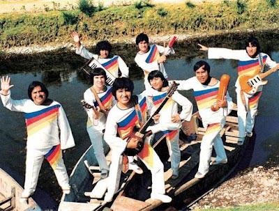 Foto de Los Shapis posando en un bote