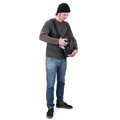Cara mengambil kamera dari tas model Slingshot