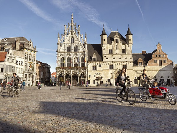 Ayuntamiento en el Grote Markt (Malinas, Flandes)