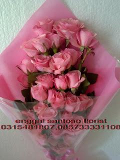 rangkaian karangan bunga tangan mawar pink