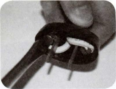 Instalaciones eléctricas residenciales - Atornillando cordon a clavija