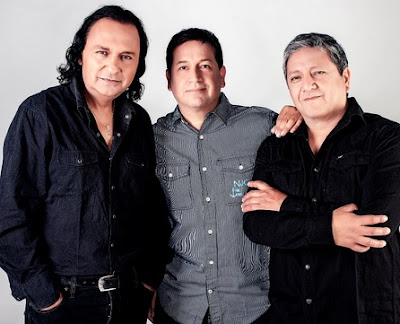 Foto de integrantes de la banda Río posando para fans