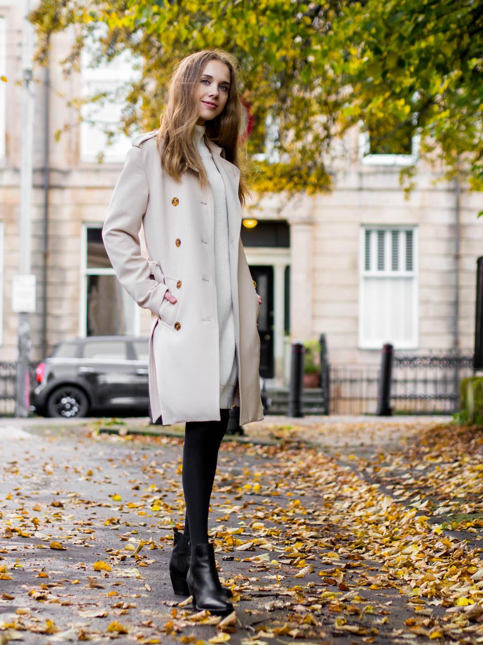 Autumn outfit with white jumper dress, trench coat and ankle boots - Syysasu valkoisen neulemekon, trenssitakin ja nilkkureiden kanssa