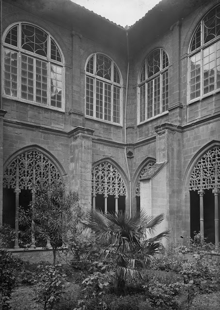 Santa María La Real. Nájera, año 1932. (Foto Marburg). Jardín del Claustro del Monasterio que, en esta época, disponía de vegetación. Los arcos de la segunda planta del Claustro tienen cerramiento con cristales