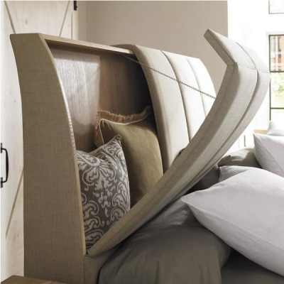 Bagian headboard yang menonjol juga bisa dimanfaatkan sebagai ruang penyimpanan tersembunyi. Jadi bantal-bantal yang tidak terpakai membuat berantakan itu bisa disembunyikan di headboard. Supaya tempat tidur tetap rapi.