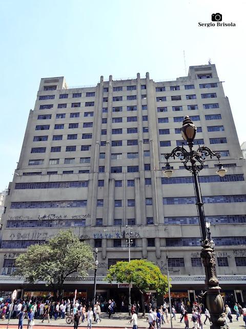 Vista ampla da fachada do Edifício João Brícola - Prédio do Mappin - Centro - São Paulo