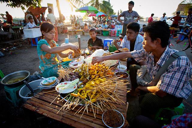 Giống như tất cả những thành phố còn lại của đất nước Phật giáo này, cái bạn có thể tìm thấy dễ nhất không phải đồ ăn ngon hay cửa hàng tạp hóa mà chính là những ngôi đền chùa với lối kiến trúc đặc trưng.