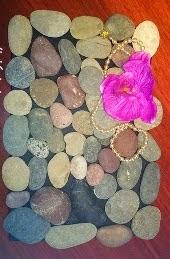 http://www.decoraydiviertete.net/2014/08/diy-de-como-hacer-un-tapete-con-piedras.html