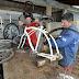 Detentos transformam bicicletas em cadeiras de rodas