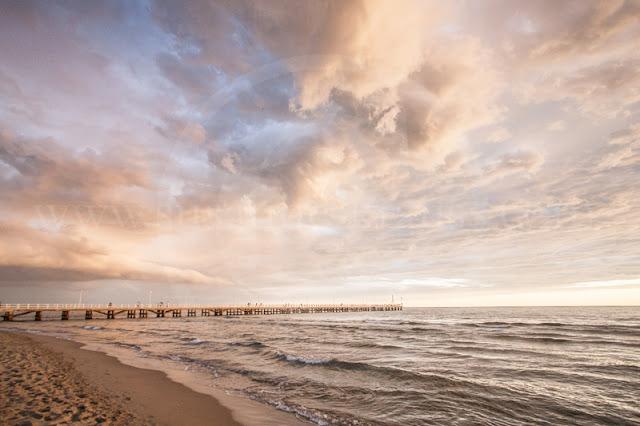 Der extreme Weitwinkel (10 mm) lässt den himmel gleich noch etwas 'dramatischer' erscheinen.