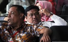 Bupati Labura Kharuddinsyah Sitorus (tengah) saat di kantor KPK.