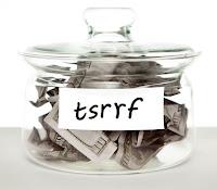 Bir kavanoz biriktirilmiş para ve üzerinde sesli harflerinden tasarruf edilerek yazılmış tasarruf sözcüğü