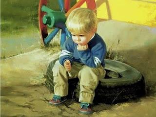 Donald Zolan. Menino sentado em pneu, com aparência enfurecida.