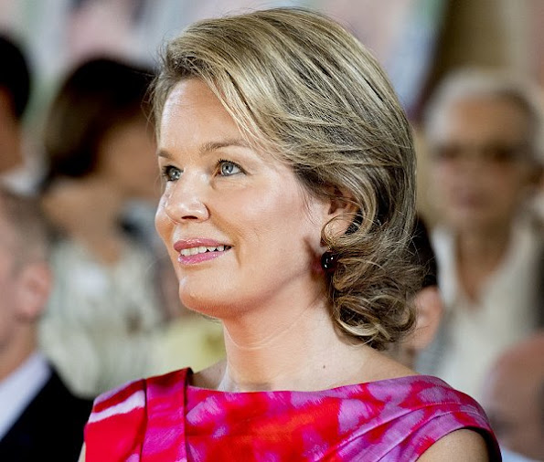 Queen Mathilde visited Horizons Neufs in Louvain-La-Neuve. Mathilde wore Natan Dress