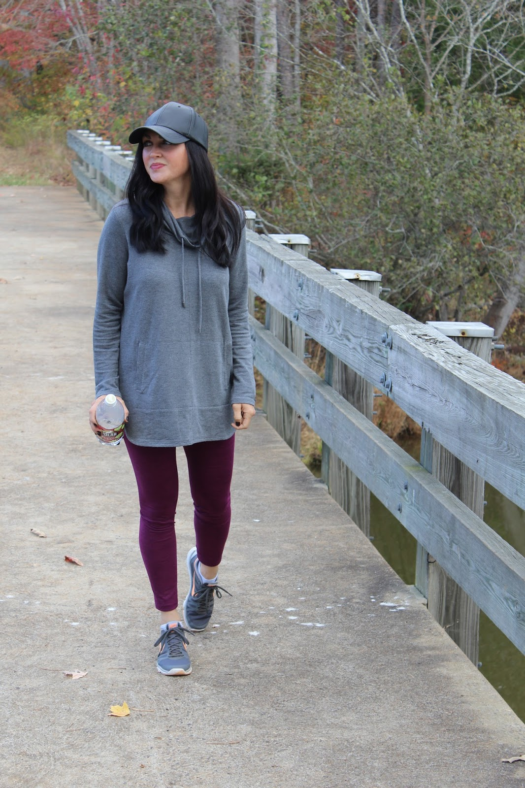 How to wear athleisure outfit with a hat