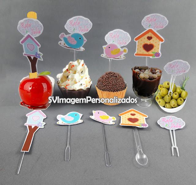 O preço mais barato para Toppers e Tags doces de copo e cupcake Esse Topper personalizado para cupcake, maçã do amor ou doce de enrolar, e com colher para doce de copo, também conhecido como Tags, Plaquinhas ou Pics, em corte especial, é uma excelente e barata ideia decorara os doces de sua mesa em sua festa no tema Passarinhos ou Jardim Encantado, ideal para chá de bebê, lembrancinha de nascimento, e festa para bebê de 1 ano, , tanto para festa de menino ou para festa de menina, Esse tema é bastante delicado, atual, ficará lindo na decoração provençal, com as cores principais azul e rosa com toques florais, sua  festa será original e um sucesso para seus convidados.