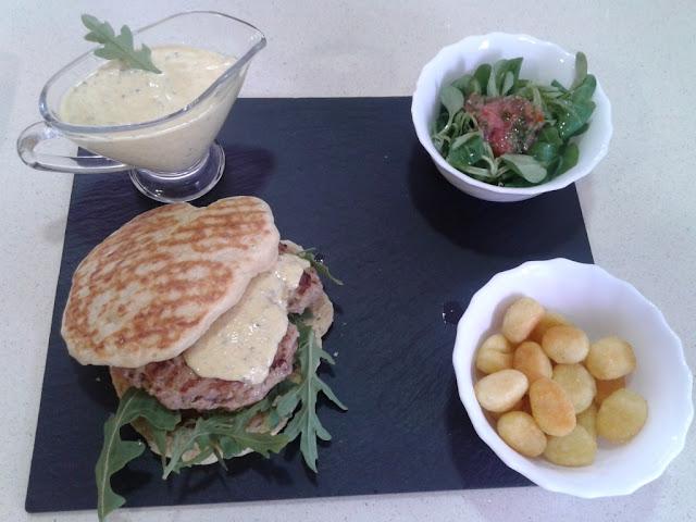 Hamburguesas de cordero sobre pan de queso a la plancha