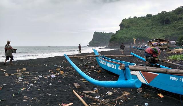 Salah satu potensi pantai yang ada di Lumajang
