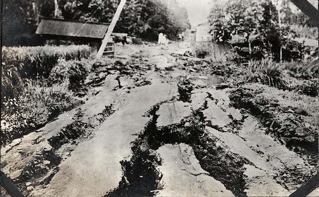 Fissura em estrada desconhecida.