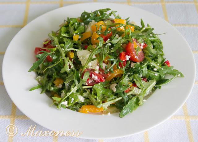Салат из руколы с творогом и яркими овощами