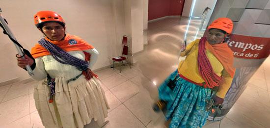 Jugar fútbol en el Sajama, el nuevo reto de las cholitas escaladoras