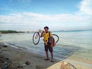 Jalan-jalan dengan sepeda fixie di Pantai Bondo