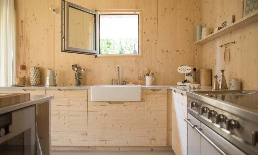 Minimalistyczny dom blisko natury, wystrój wnętrz, wnętrza, urządzanie mieszkania, dom, home decor, dekoracje, aranżacje, minimalizm, styl eko, styl skandynawski, drewno, prostota, biel, otwarta przestrzeń, kuchnia, kitchen