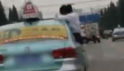 Sadis, Anak Dipaksa Menulis PR-nya di Atas Taksi yang Melaju