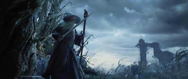Filme O Hobbit com Gandalf Segurando uma Espada e o Cajado em cada Mão em uma Cena Nebulosa