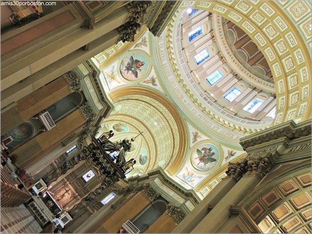 Interior de la Cúpula de la Basílica-Catedral Marie-Reine-du-Monde en Montreal