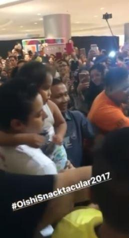 Nakita Ni Daniel Padilla Na Naipit Sa Dami Ng Tao Ang Batang Fan Niya Na Ito Kaya't Ito Ang Ginawa Niya Na Nagpahanga Sa Marami!