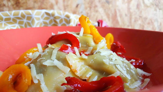 ravioli con melanzane ai peperoni e pomodori grigliati