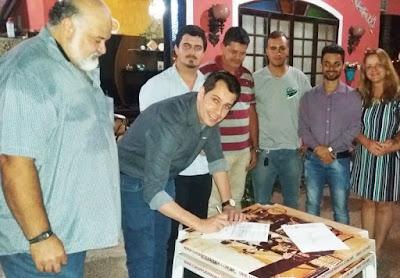PREFEITO EZIGOMAR PESSOA ASSINA ORDEM DE SERVIÇO PARA PAVIMENTAÇÃO DE RUAS EM MIRACATU